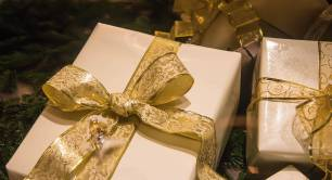 Gold presents_Christmas_gifts.